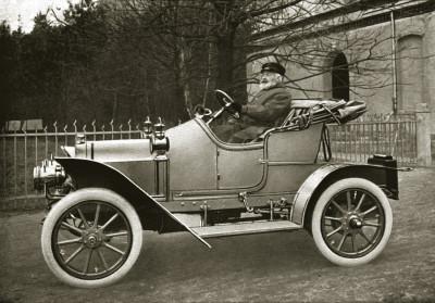 Emil Nacke am Steuer eines Sondermodells eigener Fabrikation, 1910