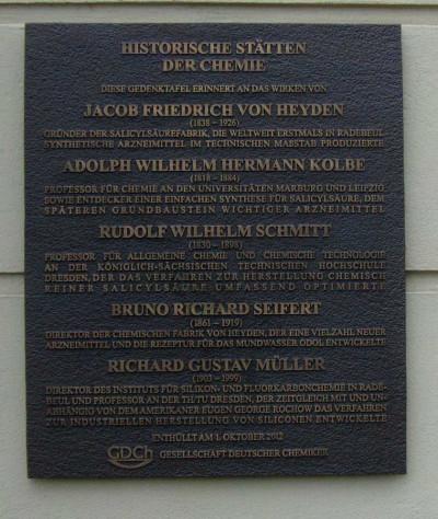 Bronzetafel: Am Eingang von Arevipharma, Meißner Str. 35