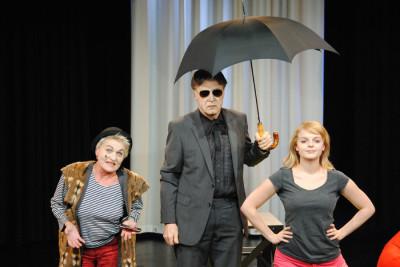 Der Narr (Renate Michel), Malvolio (Heinz Kitsche) und Olivia (Alexandra Tuschka)