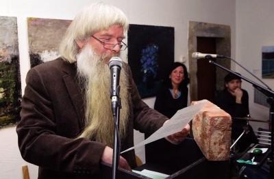 Thomas Gerlach zur Vernissage mit Ziegelstein