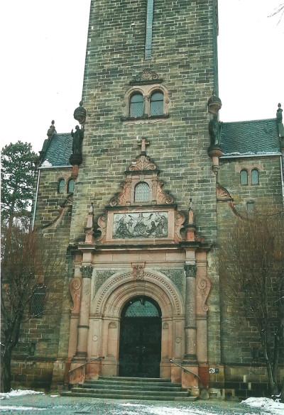 Portalfassade der Neuen Peter-Pauls-Kirche in Coswig