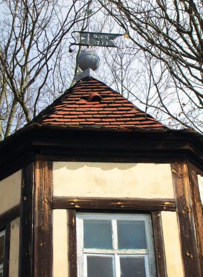 Achteckiger Pavillon mit Wetterfahne von 1713