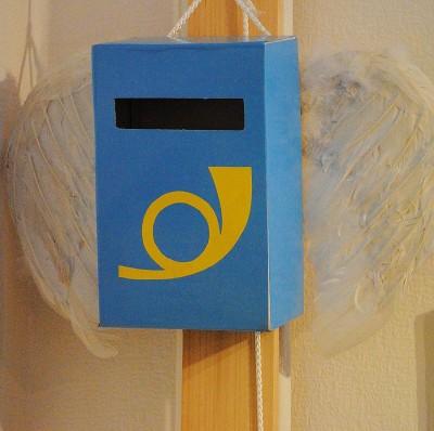 Briefkasten mit Engelsflügeln