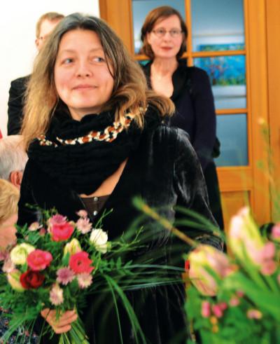 Irene Wieland (Vordergrund) und Nina Reichmann (Hintergrund) zur Vernissage