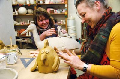 Sabine Lekies (li.) und Katja Schulze arbeiten sich an Vögeln aus.