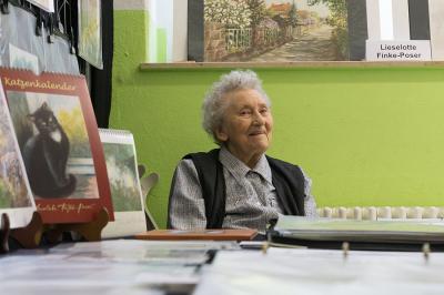 Die 88-jährige Radebeuler Malerin und Grafikerin Lieselotte Finke-Poser war bereits mit ihren Arbeiten beim ersten Grafikmarkt dabei
