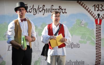 """Das """"Theater Heiterer Blick"""" (Uwe Wittig und Jan Dietl) mit einer Persiflage zum 75. Stadtgeburtstag"""