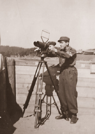 Ein schweres Geschütz in der Stellung wird mit einer 8,8 cm Granate geladen Foto: E. Sennewald