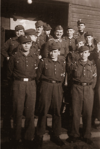 Einige »unserer« Luftwaffenhelfer vor der Mannschatsbaracke Foto: E. Sennewald