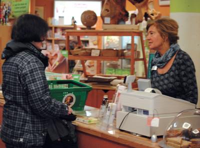 Christina Jende, die Chefin des Reformhaus Schreckenbach, im Kundengespräch