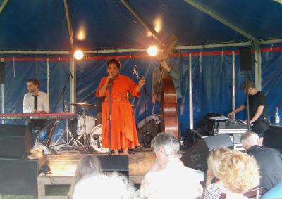 Kristina Amparo mit ihrer Band