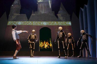 Szene mit Felix Lydike und Ensemble Foto: Hagen König