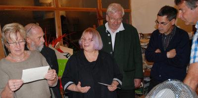 Der Förderkreis ist zu Gast im Atelier der Textilgestalterin Annerose Schulze (3. v. l.)